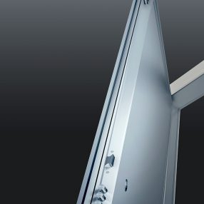 Detalhe de porta blindada da Madeiral Portas em imagem produzida pelo Studio 25